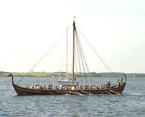 Barco Helge un ask basado en el modelo skuldelev 5 encontrado en el puerto de Roskilde